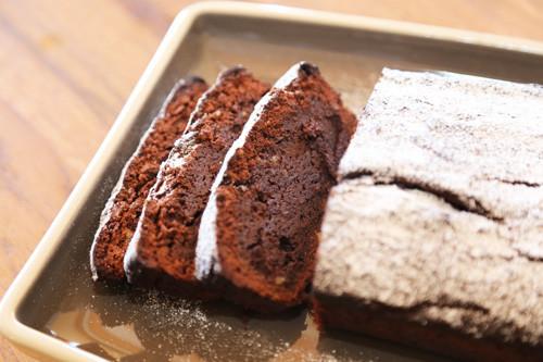 Schokoladenkuchen auf Servierplatte